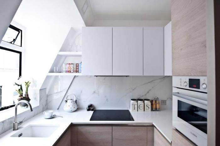 comment aménager une cuisine sous pente, agencement cuisine en U avec meubles bois et crédence luxueuse marbre