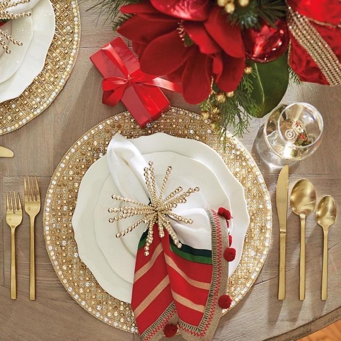quelles couleurs utiliser pour une table de noel, magnifique décoration de noel avec vaisselles et assiettes dorées, joli pliage de serviette en tissu