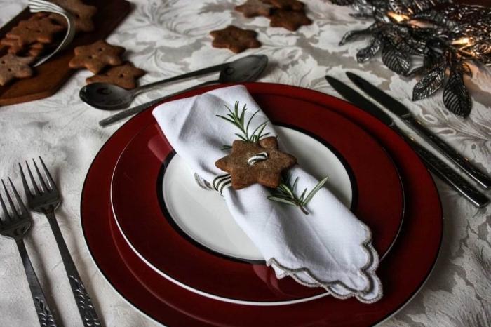 modèle de pliage de serviette facile pour fête, idée déco table fête avec assiettes rouges et serviettes blanches