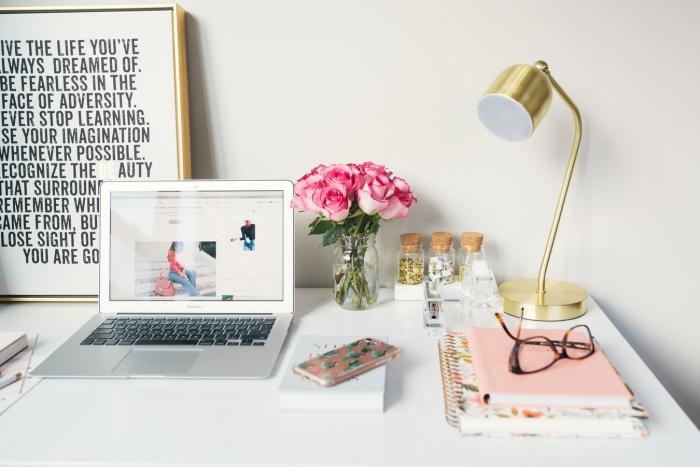 jolie décoration de bureau pour une ambiance créative et positive au travail, affiche encadrée avec slogan inspirant, des accents métalliques et un joli bouquet de roses
