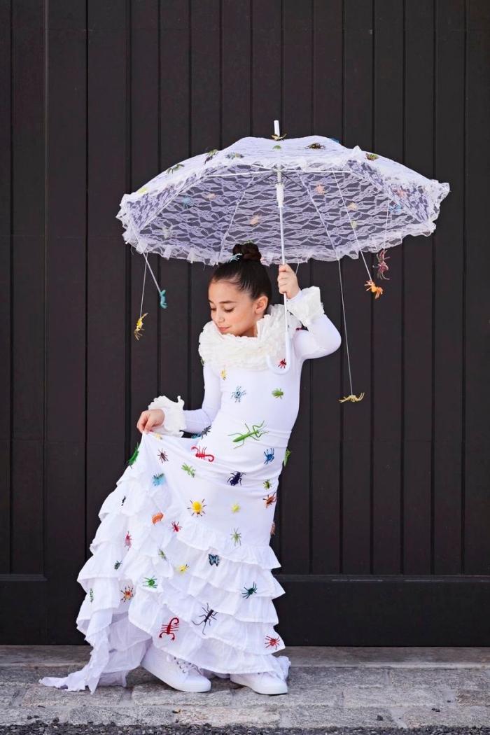 modèle de costume fait main pour enfant, déguisement de Halloween original avec robe et parapluie décorés d'araignées en plastique