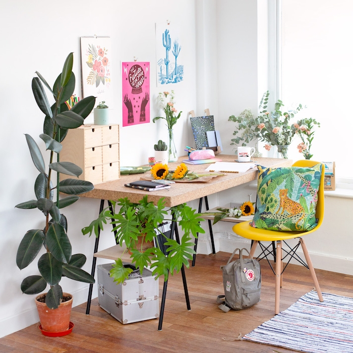 decoration chambre enfant originale, chaise bois, bureau bois et métal, plusieurs plantes vertes en pot et des bouquets de fleurs dans vases
