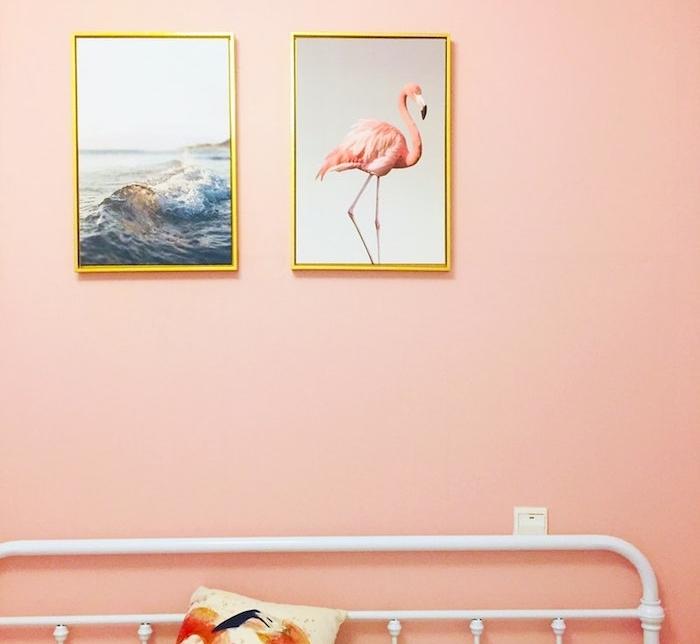 poster personnalisé photo flamant rose et paysage bord de mer en vague de mer sur un mur repeint en rose dans une chambre à coucher adulte