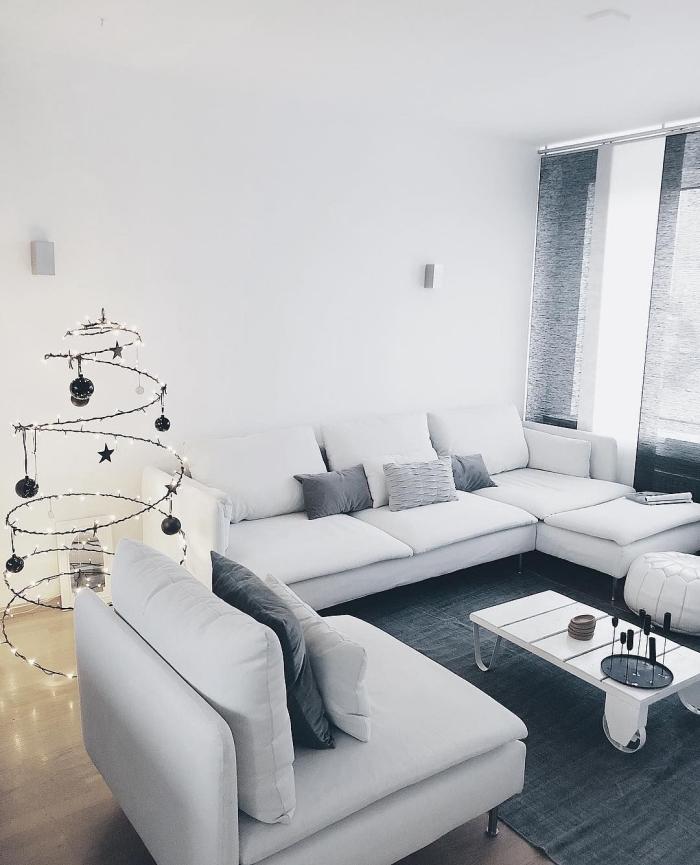 deco salon gris et blanc monochrome et épurée avec un sapin de noël spirale lumineux et une table basse industrielle en palette blanche