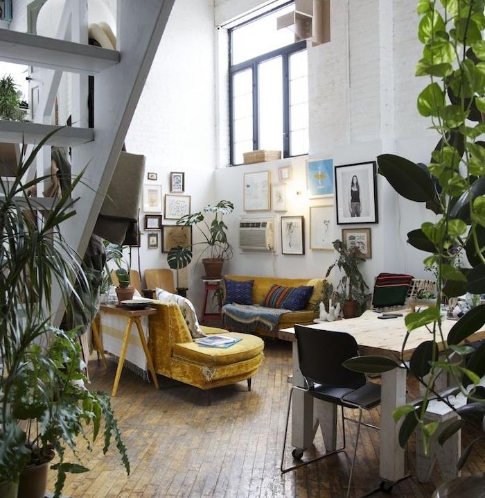 idee deco salon mezzanine, murs blancs, canapés jaunes, parquet bois clair, plantes d intérieur vertes, escalier blanc, deco murale de cadres decoratifs