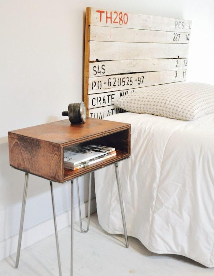 tete de lit en palette bois blanchi avec inscriptions vintage, table palette sur pieds en épingle à cheveux