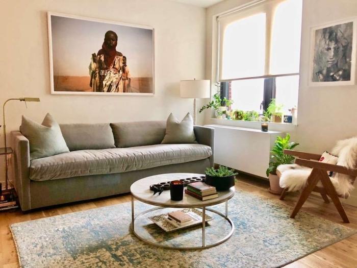 deco salon scandinave en tons doux du beige et du bleu, personnalisée avec deux posters photos grand format
