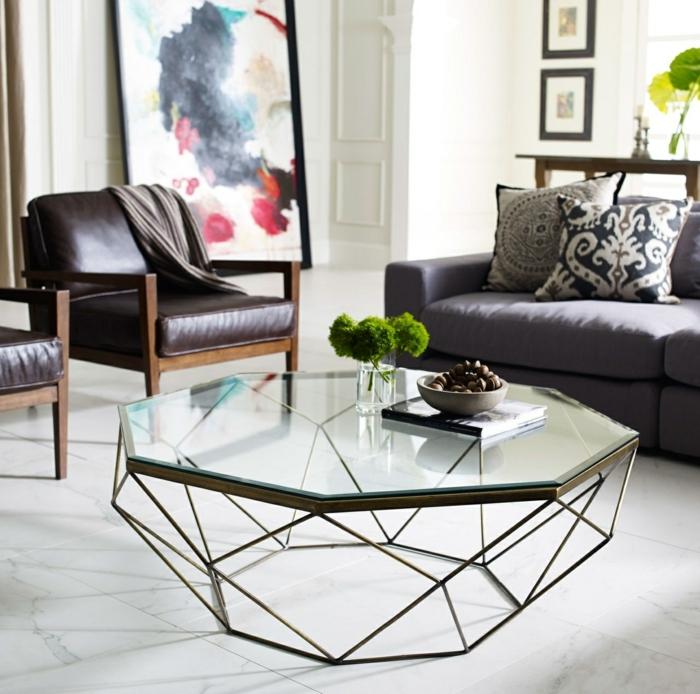 jolie table basse, plantes vertes, fauteuils en cuir, grande peinture encadrée, sofa gris, sol gris