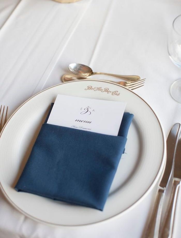 simple pliage en pochette pour votre serviette mariage couleur bleue dans assiette blanche, couverts de table argent