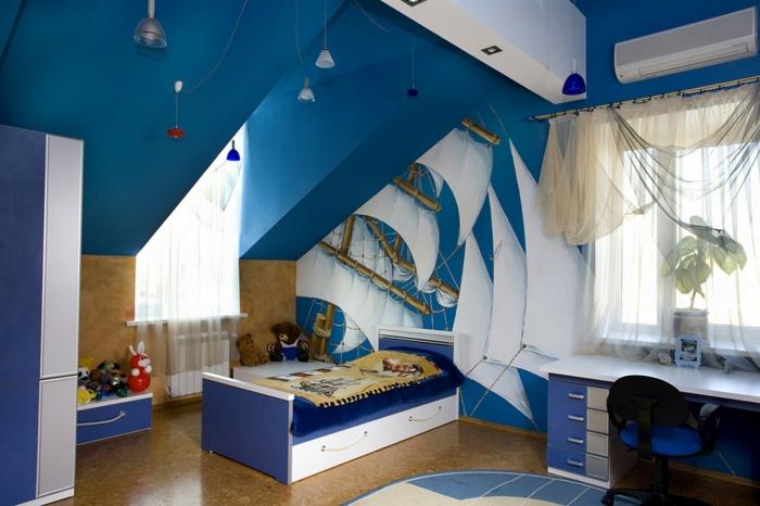 décoration de chambre 8m2, lit bleu et blanc, rideaux fins, tapis en bleu et blanc, toiles de bateau