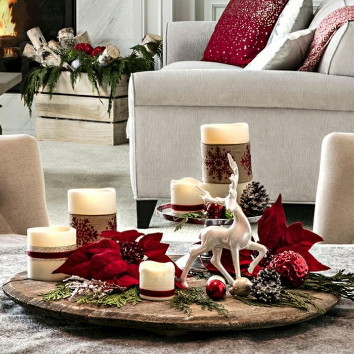 plateau en bois, deco table de noel, bougies blanches, feuilles rouges, chaises couleur beige, grand fauteuil gris