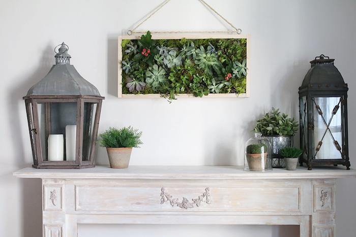 tableau végétal mural dans un cadre, deeco cheminée avec pots de fleurs et lampe lanterne originale, deco salon vintage