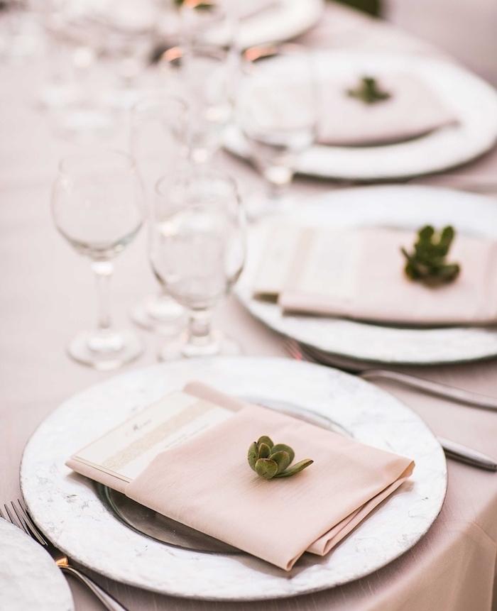 pliage pochette de serviette en tissu porte menu décorée de petite succulente, nappe beige et verres à vin