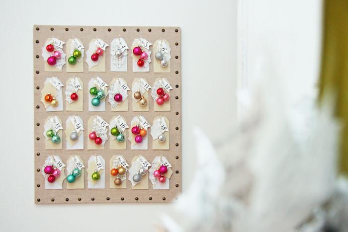 calendrier de l avent noel en boules de noel colorées et étiquettes avec la date pour décorer son sapin de noel pendant les jours de l avent