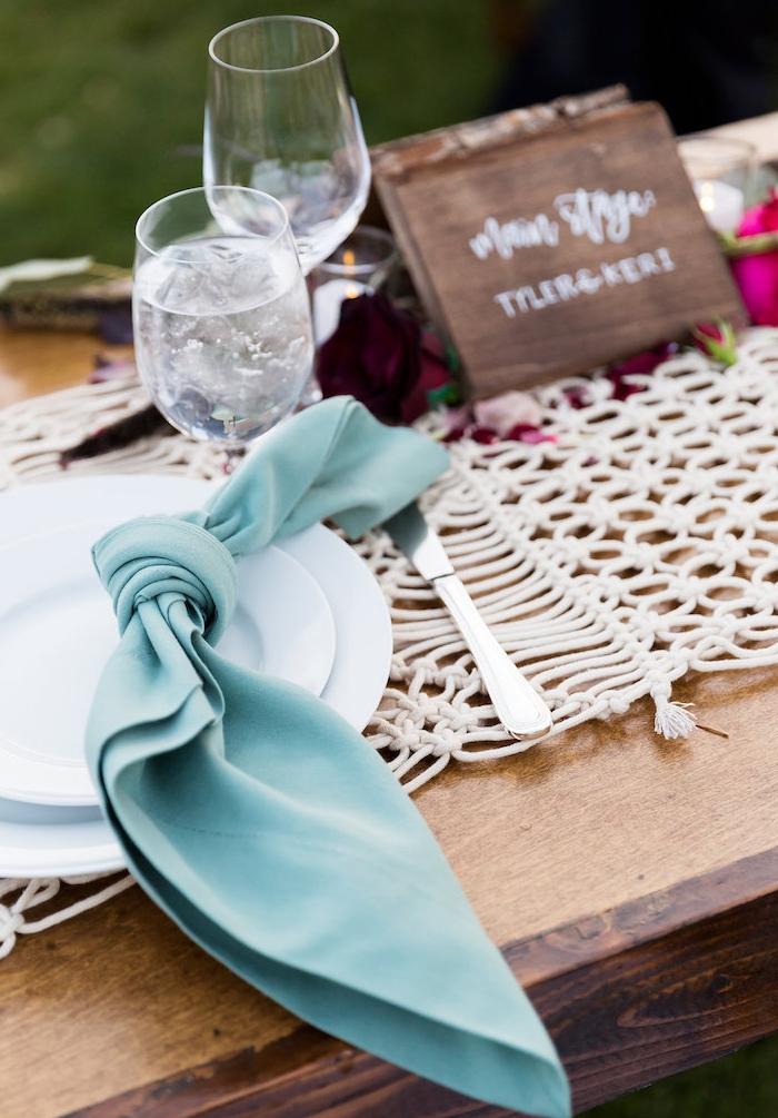 deco champetre bord de mer avec serviette bleue nouée en noeud, centre de table en mailles, centre de table floral