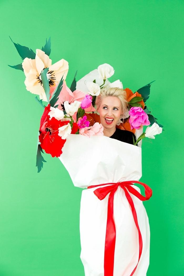 modèle de costume rigolo pour Halloween, exemple de déguisement original DIY, costume bouquet en papier pour femme