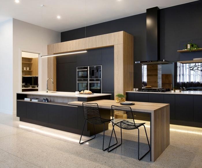 quelles couleurs combiner dans un espace moderne, déco de cuisine tendance au mur noir avec plafond blanc et meubles bois
