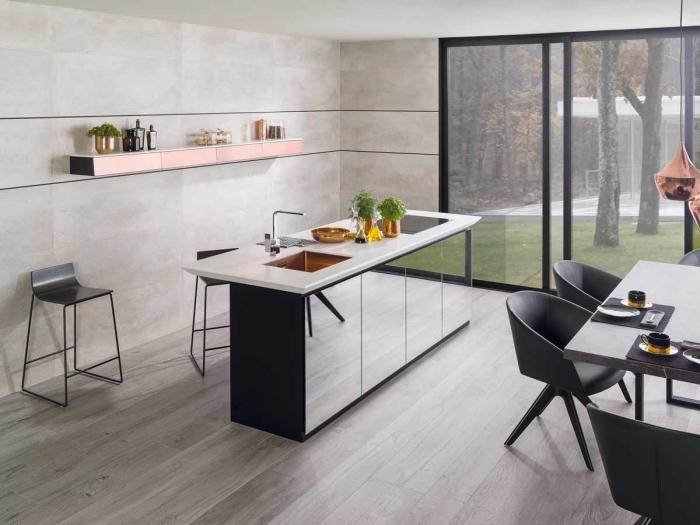 exemple de cuisine aménagée avec îlot central en blanc et verre, idée déco cuisine spacieuse ouverte avec coin repas