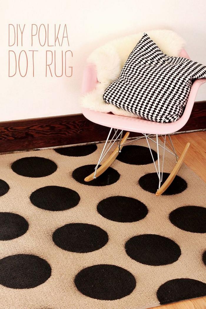 modèle de tapis beige à décoration dots noirs, exemple objet de déco facile à faire soi-même, déco chambre ado