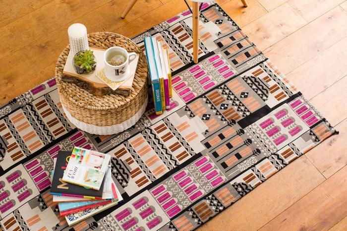 décoration intérieure à motifs ethniques avec tabouret en paille, modèle de tapis moquette en tissu aux motifs géométriques