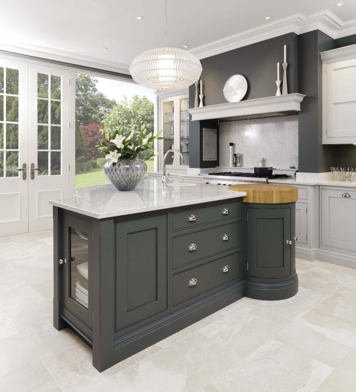 exemple de cuisine avec ilot central, modèle cuisine luxueuse avec plan de travail en marbre et meubles bois peint en gris