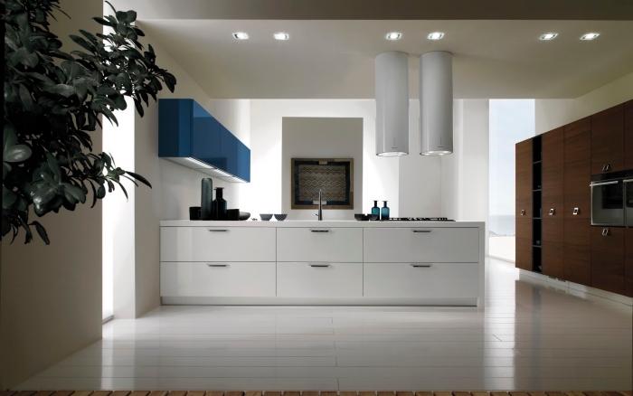 exemple de cuisine avec ilot central, aménagement de cuisine blanche avec meuble haut en couleur, idée éclairage cuisine moderne