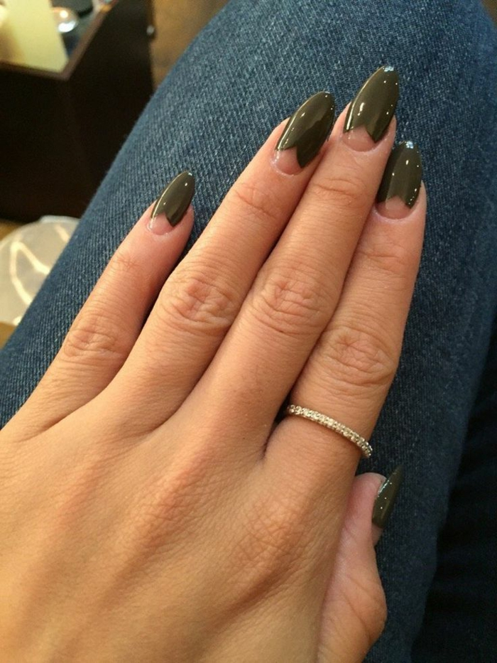 bague fine aux pierres incrustées, design d'ongles en amande, manucure en vert lunule transparente