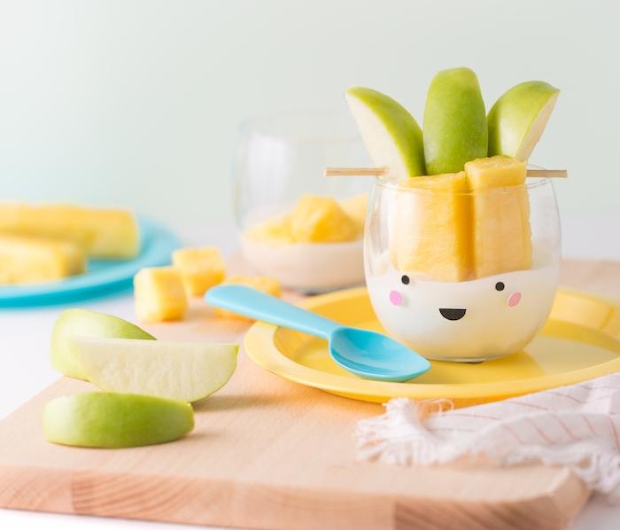 dessert simple, idée gouter sans un verre, yaourt et fruits frais, pomme et ananas, petit bonhomme, surprise anniversaire enfant