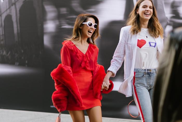 filles dans la cité, tenue rouge, manteau fourrure synthétique rouge, robe courte décolleté vollant