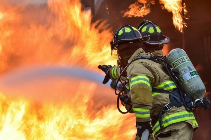 pompiers au sein des flammes, uniformes ignifugées avec réflecteurs, vêtement de travail
