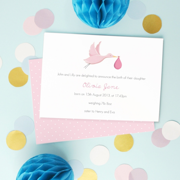 idée pour un faire part naissance fille, carte annonce bébé à design personnalisé avec un dessin cigogne qui apporte bébé