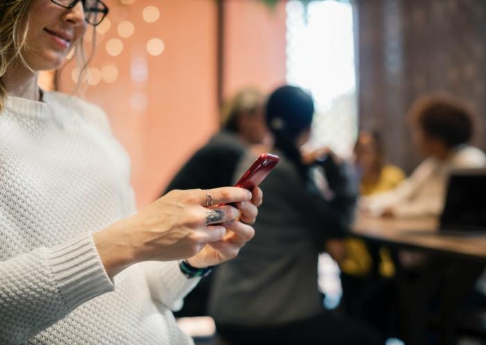 Tatouage femme poignet ou tatouage epaule ou tatouage jambe femme qui ecrit quelque chose sur son portable