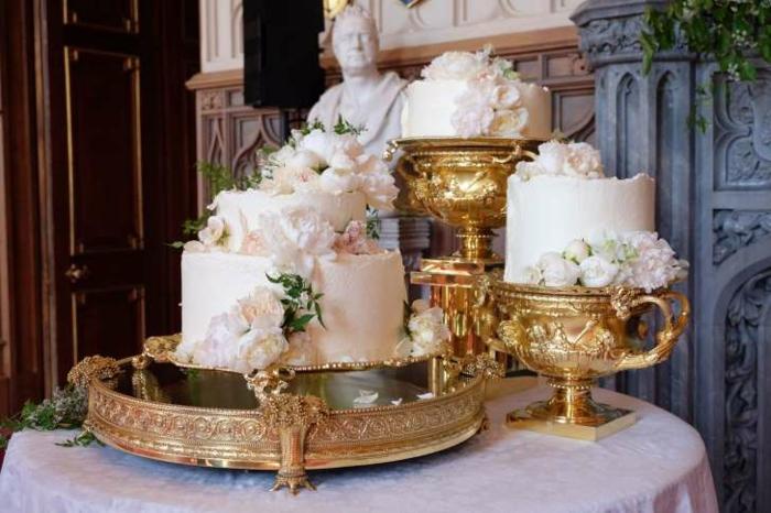 Gateau anniversaire adulte original, gateau anniversaire pompose et beau, ornamentation fleurs crème de beurre blanches