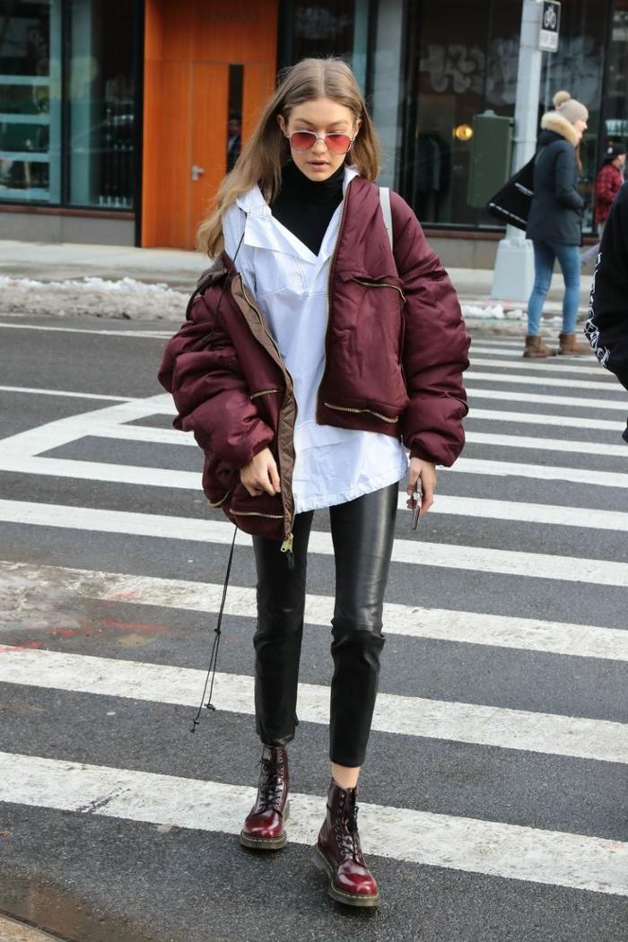 Gidi Hadid, pantalon cuir noir, chemise blanche, anorak bordeaux, pull col montant, bottes massives