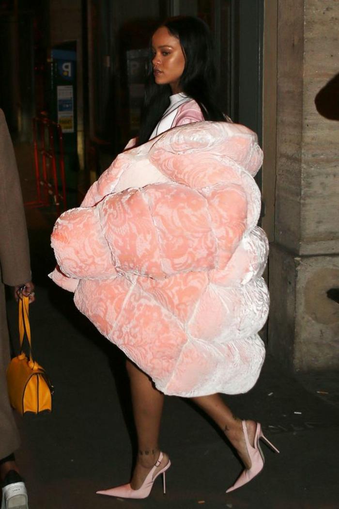 Rihanna avec une doudoune femme chaude rose, manteau oversize couleur rose poudré