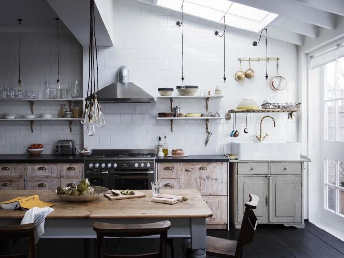 déco de cuisine style campagne aux murs en carrelage blanc avec meubles de bois bruts, idée rangement mural avec étagères bois