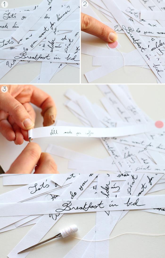 calendrier de l avent adulte avec des activités en famille écrites sur des bandes de papier à enrouler et mettre dans boule de noel transparente