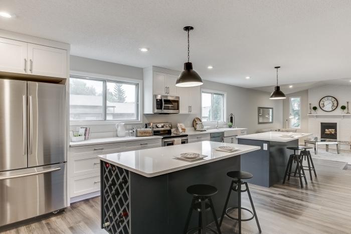 déco de cuisine spacieuse avec deux îlots, idée quelles couleurs combiner dans une cuisine moderne ouverte