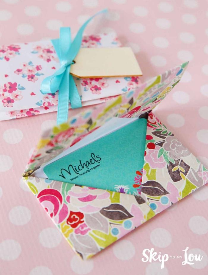 jolie pochette en origami à faire soi-même pour offrir un bon cadeau de manière originale, modèle d'origami enveloppe originale en papier fleuri