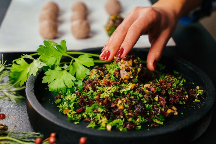 comment faire un apero noel choc, boules de fromages et noix enveloppées de pistaches, canneberges et persil haché