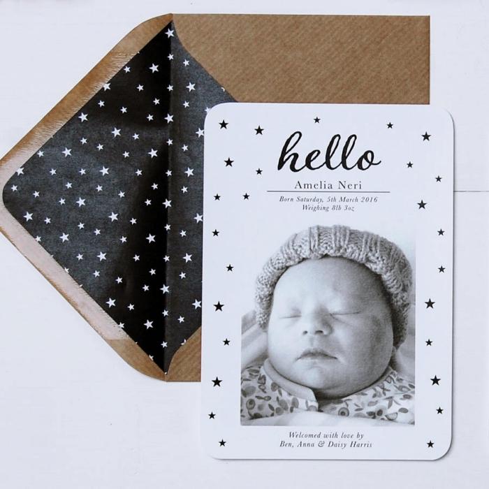 faire part naissance fait main sur papier cartonné blanc avec photo, idée comment personnaliser une enveloppe