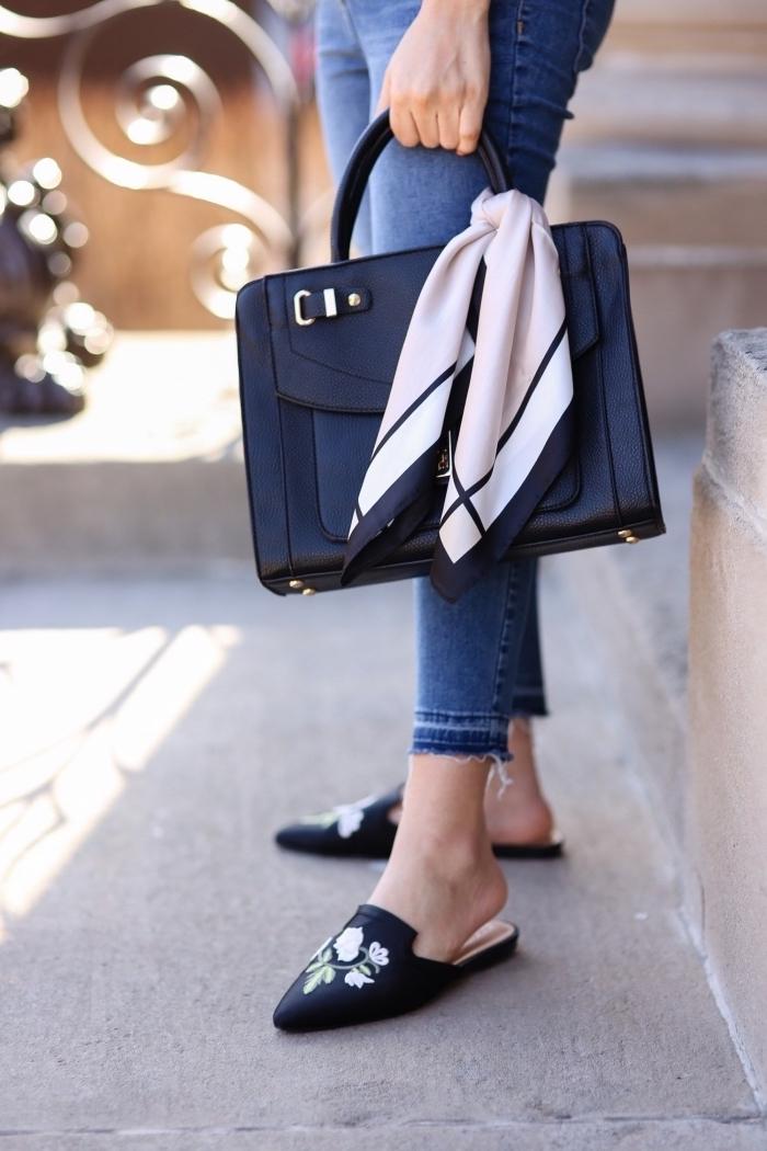 attacher un foulard fin sur la poignée de son sac à dos, astuce mode tendances femme, que faire avec un foulard carré