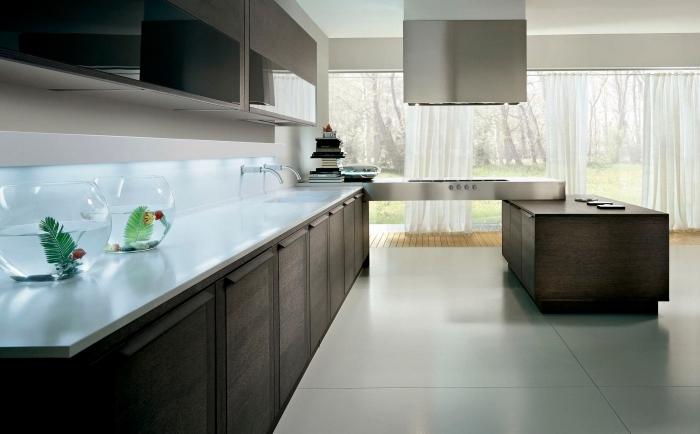 déco de cuisine moderne en couleurs neutres avec crédence en verre, exemple éclairage crédence cuisine moderne