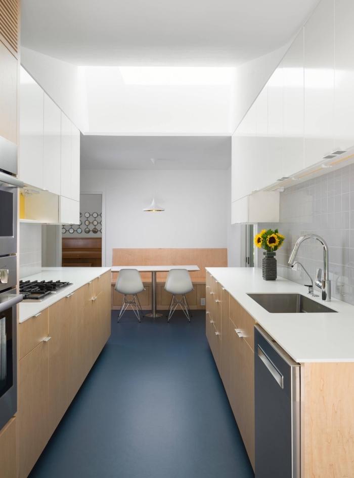 cuisine aménagée pas cher, modèle de cuisine face à face contemporaine, exemple de cuisine en parallèle