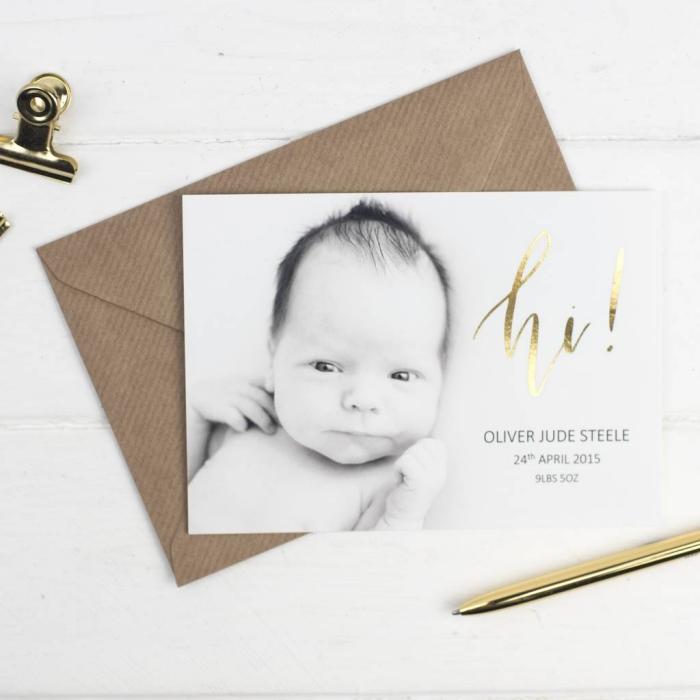 carte d'annonce bébé personnalisée avec photo et lettres dorées, idée faire part naissance avec photo et date de naissance