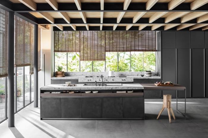 modèle plafond noir avec poutres bois, idée agencement cuisine moderne avec îlot central, exemple de cuisine aménagée