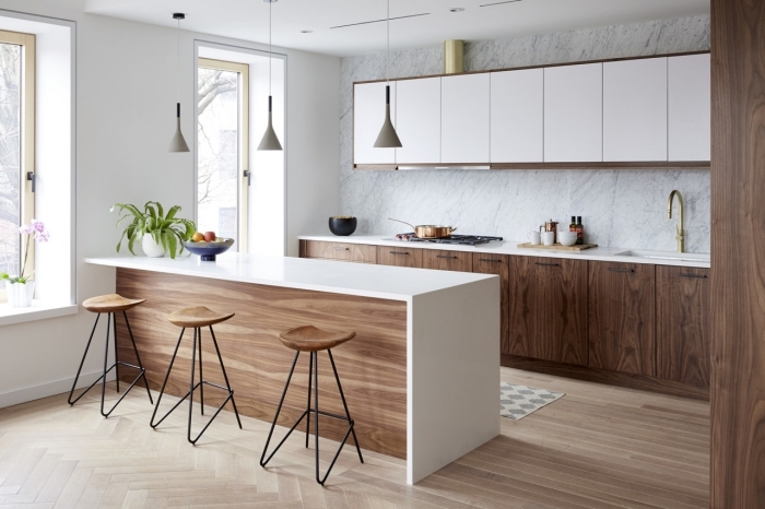 décoration de cuisine blanc et bois, idée agencement cuisine avec murs ou plan de travail imitation marbre blanc