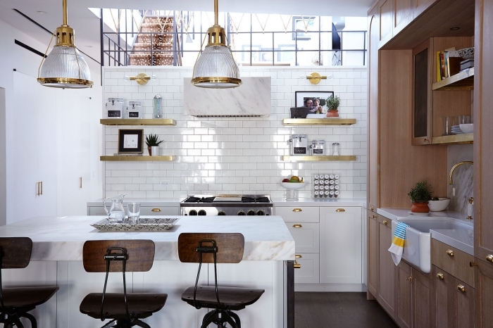 comment aménager une cuisine équipée moderne avec crédence mur effet briques blanches et accessoires à finition or