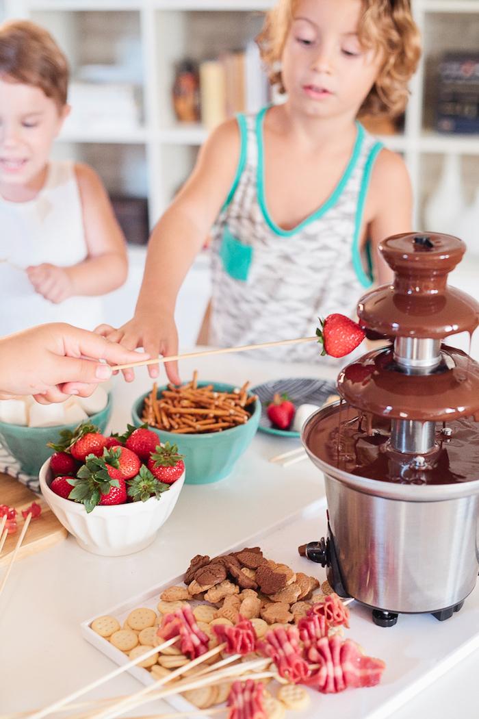 fondue chocolat aux brochettes biscuits, fraises, bretzels et saucisson, gouter anniversaire, surprise sucrée pour les petits