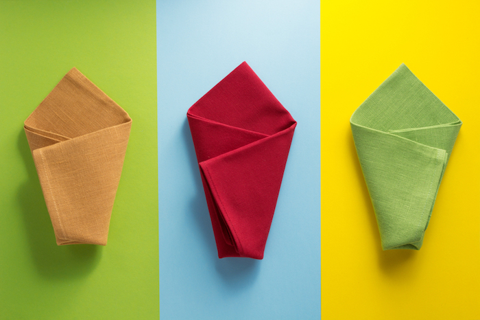 exemple de pliage simple et original pour mariage et autre occasions, serviette pliée en cornet de glace